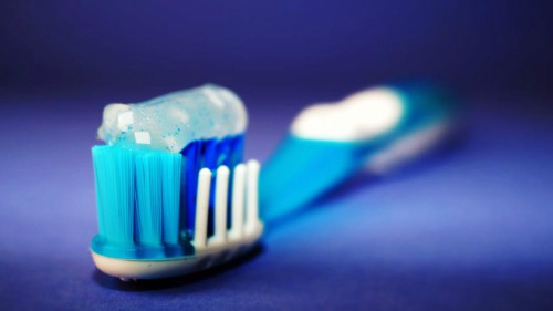 Escova de dentes com pasta